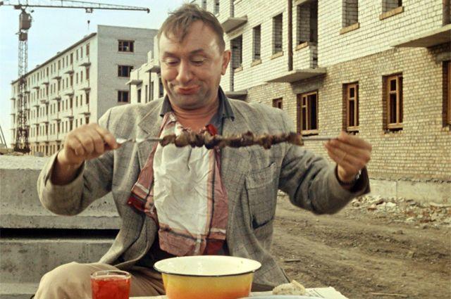 Обедают герои фильма уже в Одессе - похожие кварталы строили тогда во многих городах.