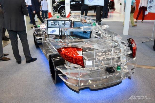 Экзотичным столиком в виде машины украсила свой стенд компания «Тойота».