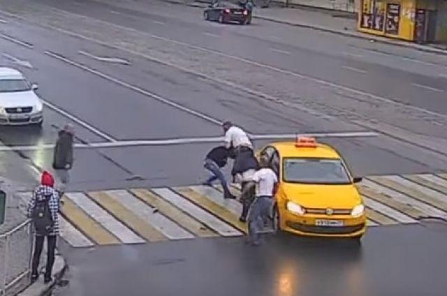 Видеокамеры зафиксировали массовую драку на «зебре» в центре Калининграда.