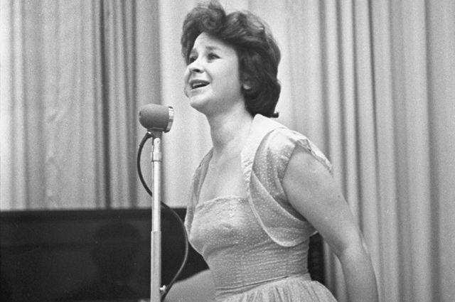Тамара Григорьевна Миансарова выступает на концерте. 1962 год.
