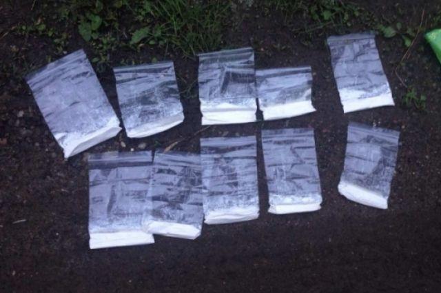 В Орске у двоих ростовчан полицейские нашли крупную партию наркотиков.