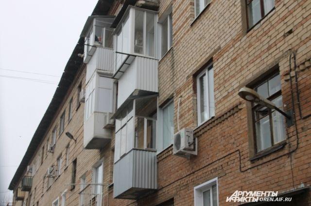 В Оренбурге из-за обрушения балкона УК проверят все дома.