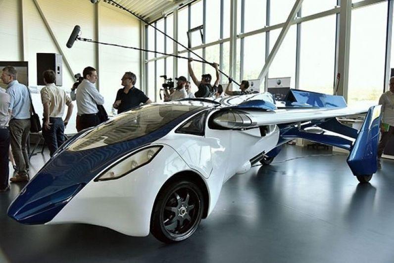 AeroMobil 3.0. Совмещает в себе и самолет, и машину, оборудованный складными крыльями и пропеллером в его задней части.