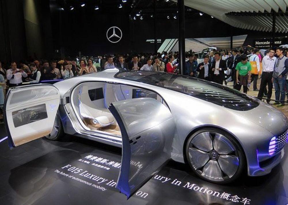 Mercedes-Benz F 015. У этой машины нет рулевого колеса, пассажиры в салоне сидят друг напротив друга, и модель полностью автономная благодаря встроенное системе искусственного интеллекта