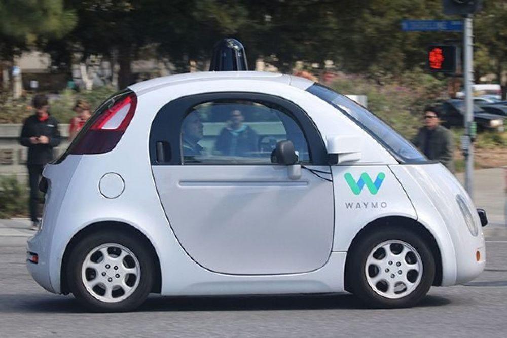 Google Waymo Car. Оснащен камерами, сенсорами и искусственным интеллектом, который помогает распознавать препятствия на пути и объезжать их без водителя. Прототип автомобиля Google уже проходит испытания в реальных условиях
