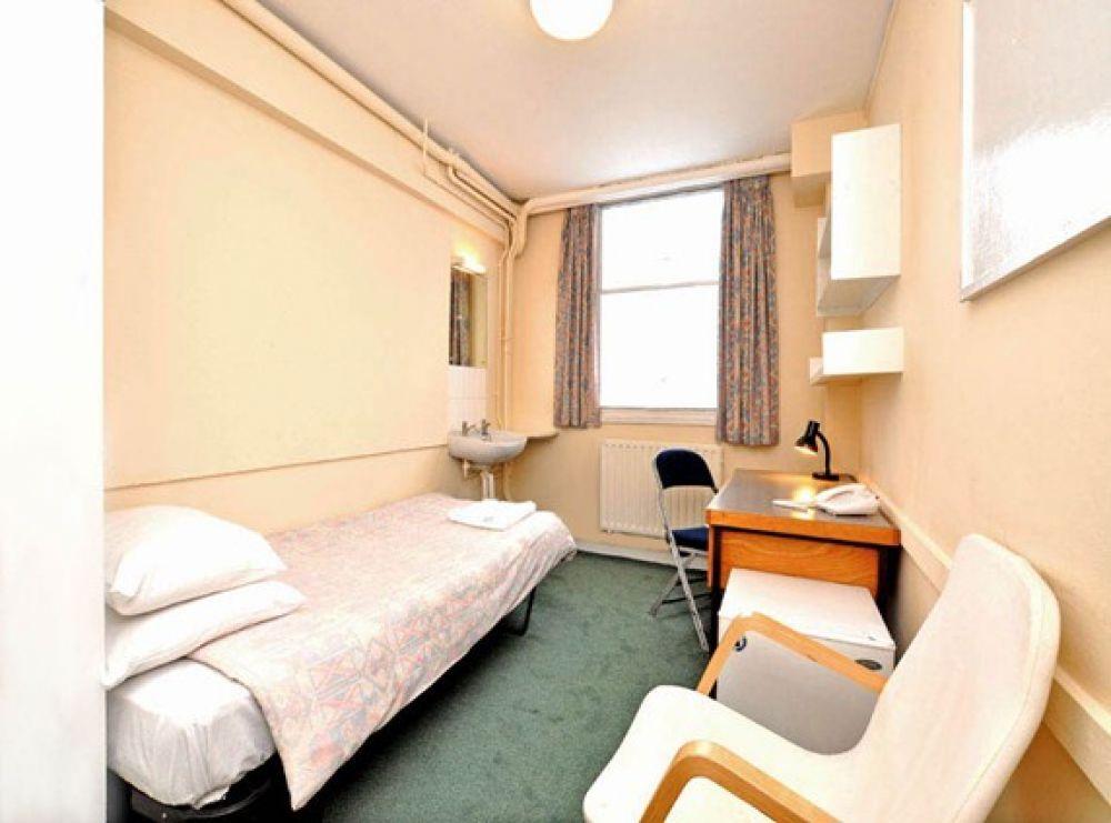 В комнатах общежитий обычно проживает один или два человека, а удобства для всех общие и расположены на этаже