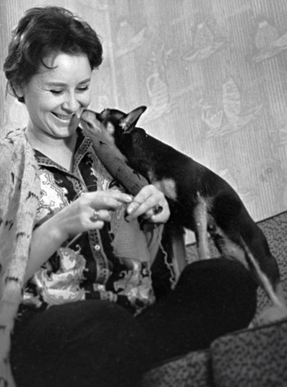 Тамара Миансарова дома. 1965 год.