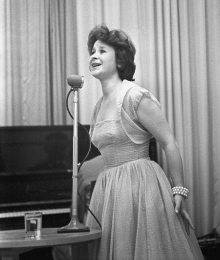 Советская певица Тамара Григорьевна Миансарова выступает на концерте. 1962 год.