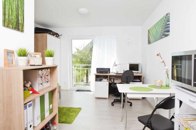 В Германии в комнатах общежития живет несколько человек, которые пользуются общими удобствами расположенными на этаже. Стоимость проживания в немецких общежитиях в среднем составляет около 200 евро в месяц