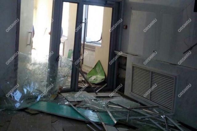 В Орске ночью злоумышленники взорвали банкомат в торговом центре.