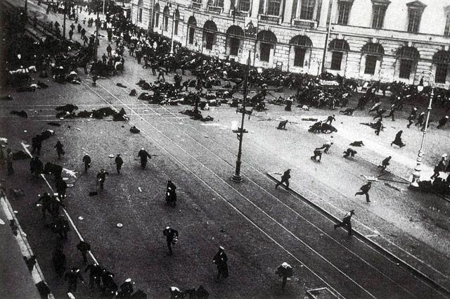 Невский проспект, 17 июля 1917 г. Демонстрация под лозунгом «Долой Временное правительство!» закончилась кровопролитием.