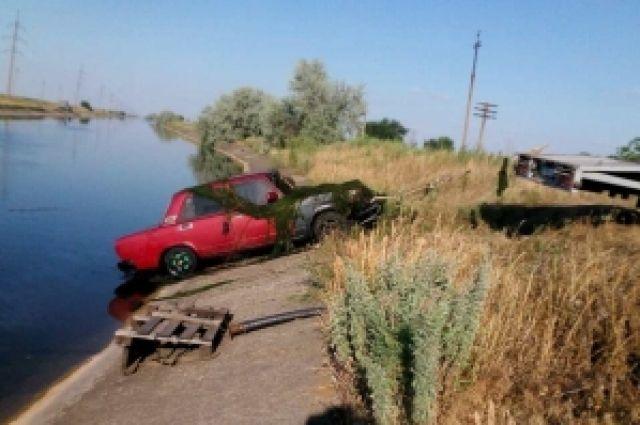 Автомобиль достают из водоема