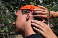 Клежи могут перебраться на человека с травы и долго искать подходящее место для укуса - чаще всего это кожа за ушами или шея.