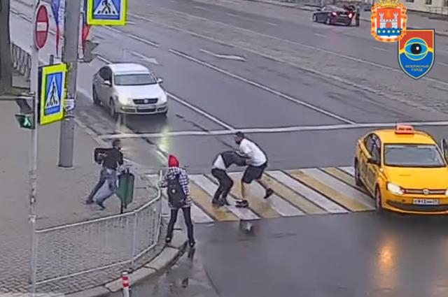 Вцентре Калининграда пассажиры такси ипешеходы устроили массовую драку