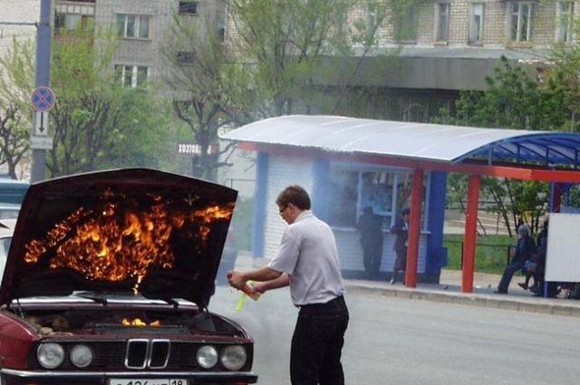 Машину откатили в угол парковки, и затушили до приезда пожарных.
