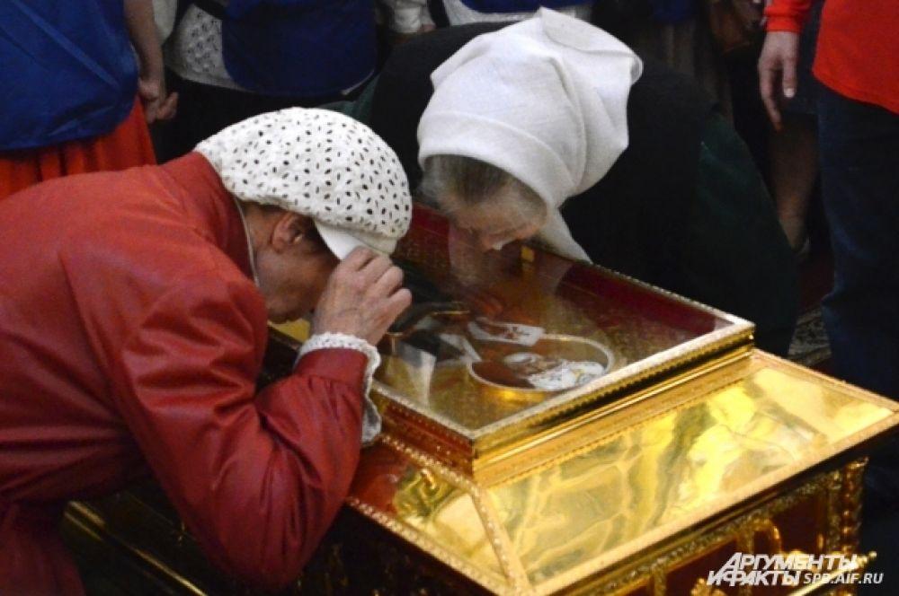 Верующие поклонялись святыне, дождавшись своей очереди.
