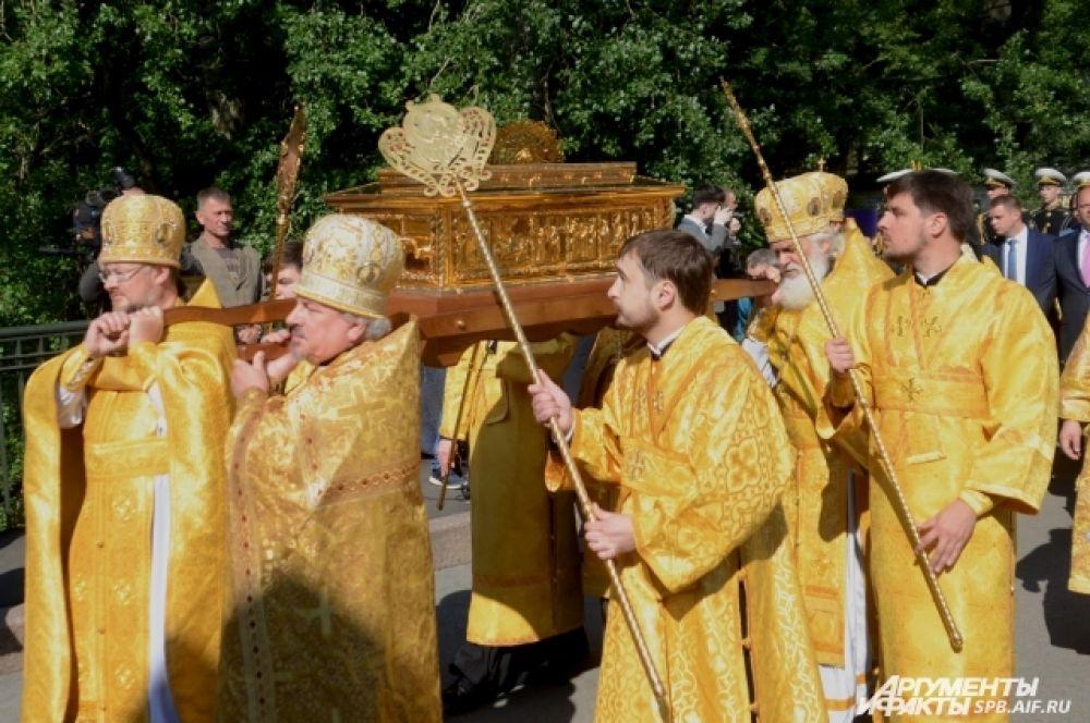 Мощи привезли в Петербург из Москвы.