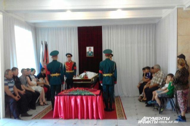 В Соль-Илецке началась церемония прощания с капитаном Николаем Афанасовым.