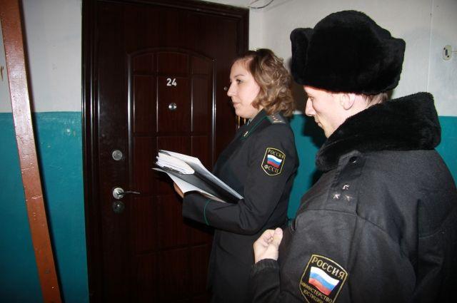 Кузбассовец прятался в шкафу от судебных приставов.