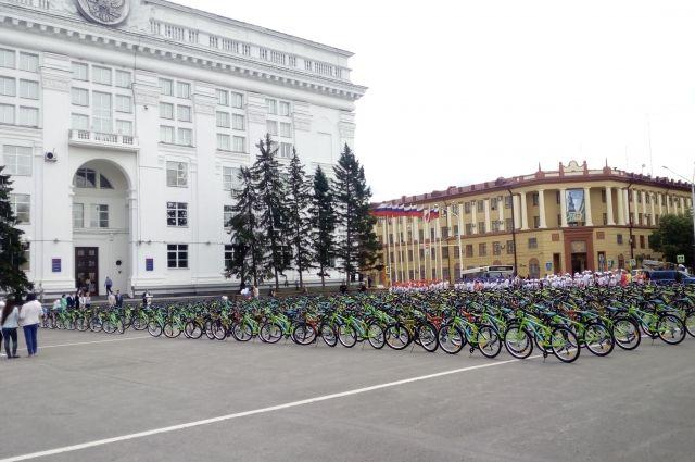 В Кузбассе отличники учебы, спорта и творчества получили новые велосипеды.