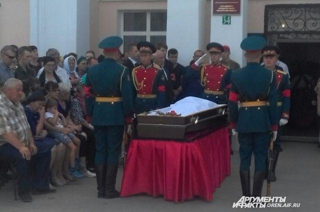 В Соль-Илецке похоронили погибшего в Сирии Николая Афанасова.