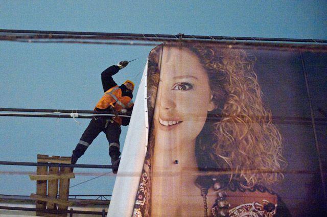 Демонтаж незаконной рекламы с фасада реконструируемого здания.