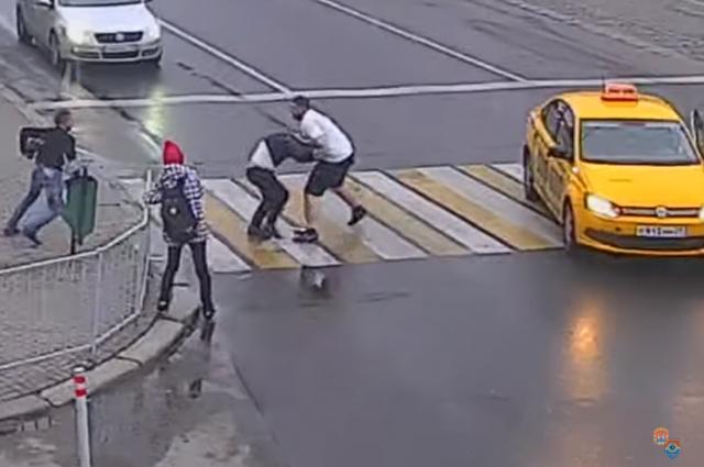 Участника драки на пешеходном в Калининграде вызвали к следователю.