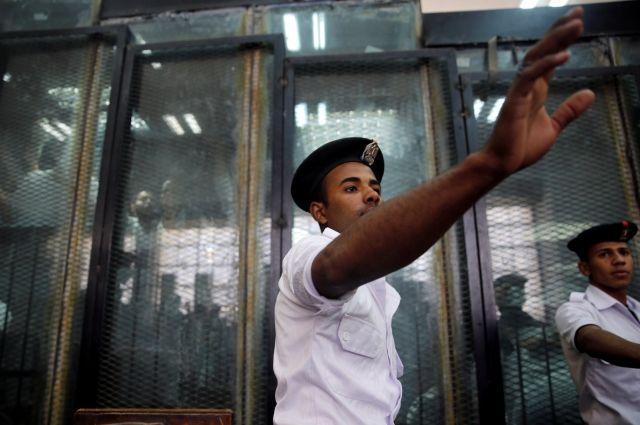 Неизвестный зарезал двух и ранил четырех туристов в египетском отеле