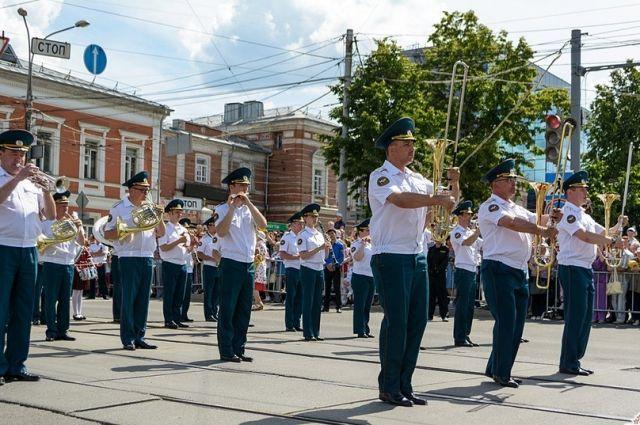 Музыканты исполнили марши и эстрадные и джазовые композиции.
