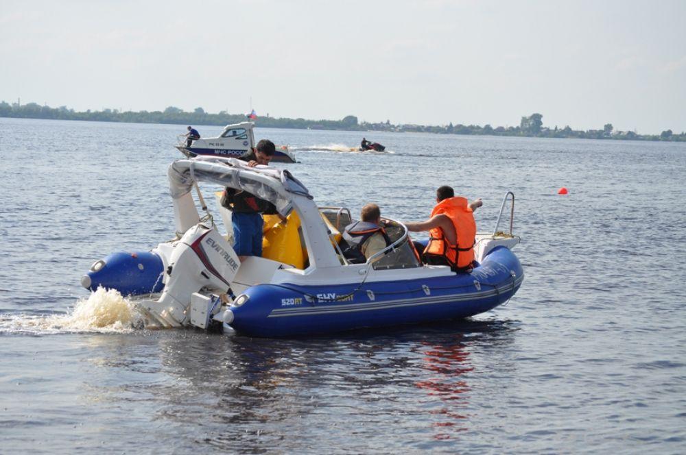 Благодаря капитану этой лодки мы смогли сфотографировать город с реки и сделать этот репортаж. Спасибо!