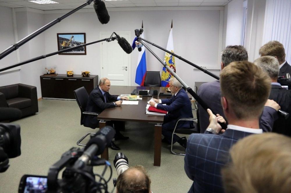 В ходе встречи с губернатором, в частности, обсуждались обращения жителей Белгородской области, поступившие на Прямую линию с Владимиром Путиным.