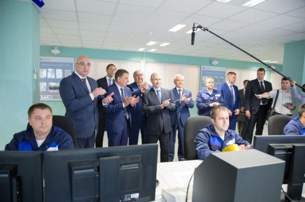 Президент наблюдал за пуском третьего цеха по производству горячебрикетированного железа.