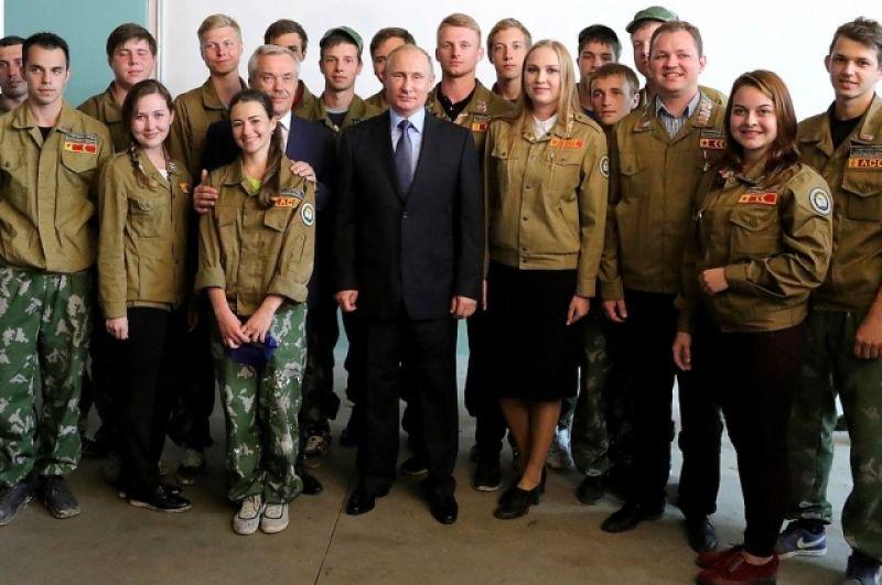 Владимир Путин осмотрел здание строящейся городской общеобразовательной школы и встретился с участниками студенческого строительного отряда.