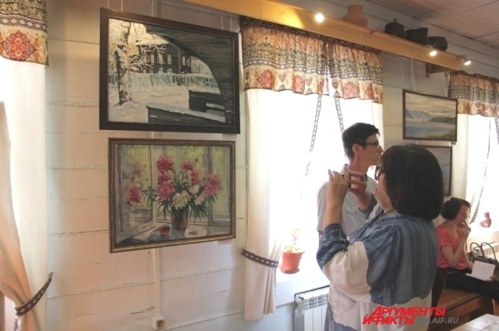 Посетители выставки фотографировали особо понравившиеся произведения.
