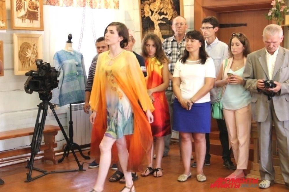 В рамках выставки состоялся показ коллекции одежды.