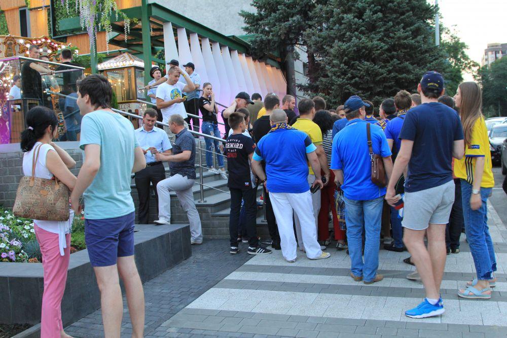 За час до начала мероприятия болельщики ростовского клуба начали собираться перед киноцентром «Большой».