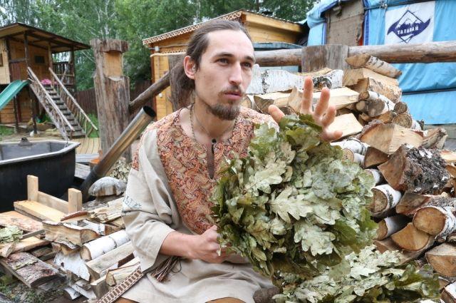 Русская баня не может существовать без веника, уверен Олег Карабатов.