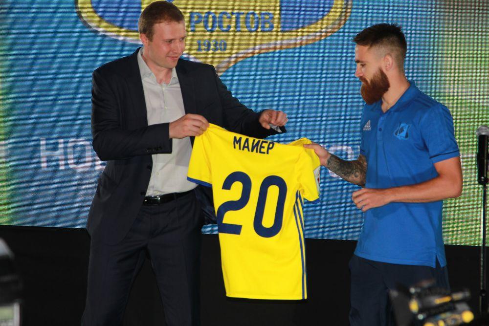 Майки футболистам вручал исполнительный директор «Ростова» Константин Дзюба.