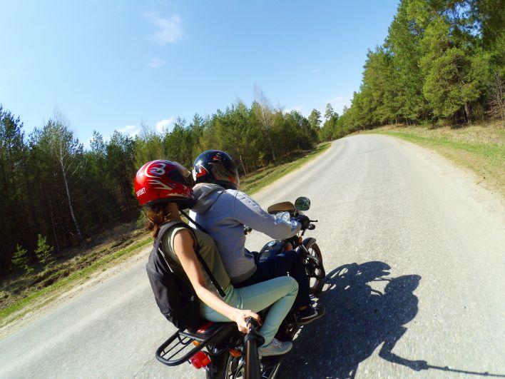 Людмила Андропова катается на мотоцикле со своим любимым человеком.
