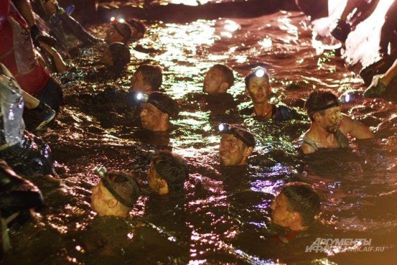 плавали в потоках остывшей прохладной ночью грязи,
