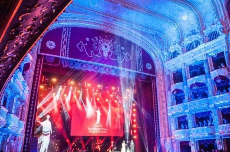 Красная дорожка длилась около двух часов, затем гости собрались на саму церемонию открытия в Оперном театре