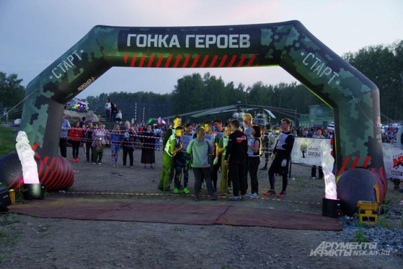 Старт соревнованиям был дан в 22.00. Впереди у участников вся ночь, чтобы на скорость преодолеть длинную дистанцию с препятствиями.