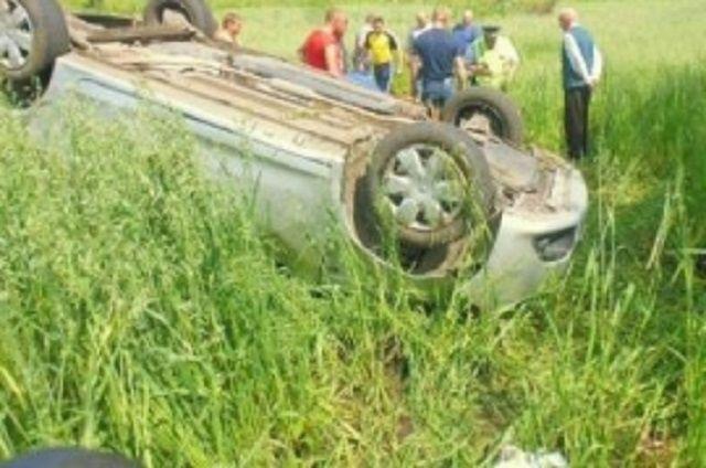 Машина вылетела в кювет и приземлилась на крышу.