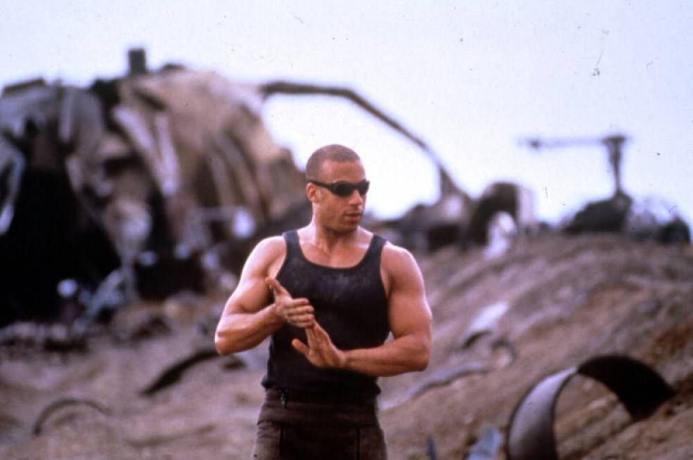 В это же время на американском телевидении был показан фильм «Чёрная дыра» (2000), где Вин Дизель сыграл роль пока ещё никому неизвестного Ричарда Б. Риддика, умевшего видеть в темноте и ставшего единственной надеждой на спасение выживших людей.