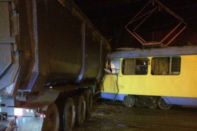 Фура и трамвай столкнулись в Санкт-Петербурге