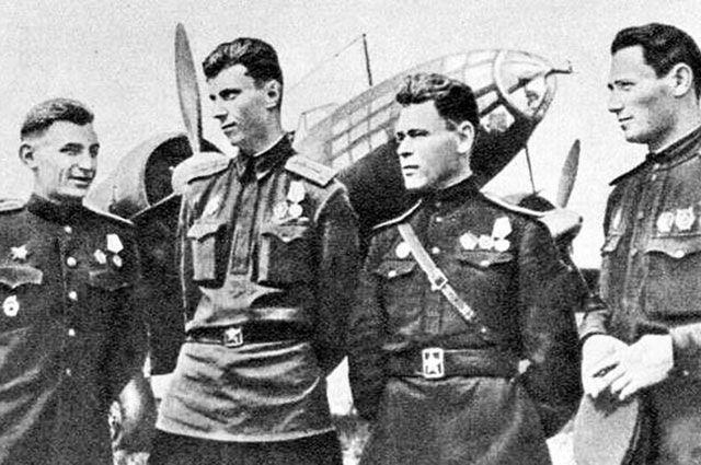 Лётчики дальней авиации В. В. Решетников, В. Ф. Рощенко, П. П. Радчук, П. П. Хрусталёв. 1943 г.