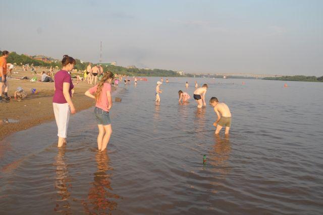 За детьми на пляже нужно следить постоянно, не отвлекаясь.