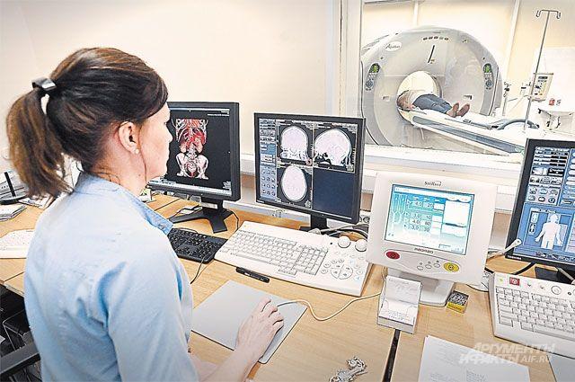 Московский стандарт поликлиник - это и высокотехнологичная помощь. На фото - посетителю московской поликлиники № 64 выполняют компьютерную томографию.