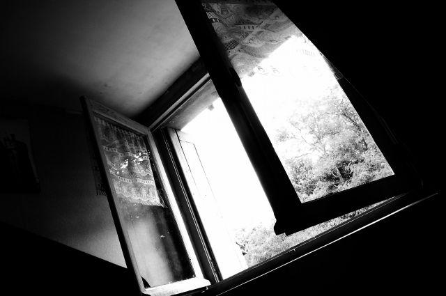 Сожитель решил пошутить и столкнул жительницу Киселевска с окна.