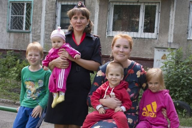 В Кузбассе сотрудница ПДН спасла четырех детей из горящего дома.
